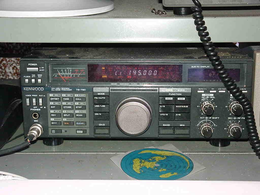 無線の部屋 無線の部屋 シャック紹介 ゴチャゴチャシャックの典型的な例 私の机の上 主要機器 I