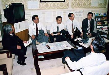 2、参議院国会対策委員会室で野上浩太郎議員と談笑!自民クラブ+公明党と合同研修(国会内) 2005.06.23