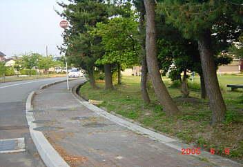 3、射水町の堀岡児童公園(歩道をつけフエンス撤去)
