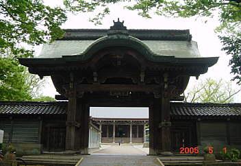 3.現在の唐門から修復された本堂を見る 2005.05.01
