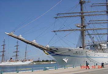練習船帆船海王丸新港に寄港。 10時歓迎式典