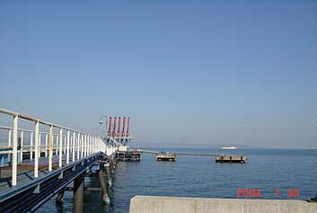 水深23m30万トン級の大型タンカ接岸できる