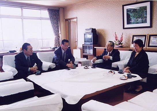 更埴市より青木議長・小林副議長、表敬訪問。新湊市議会議長室 2003.5