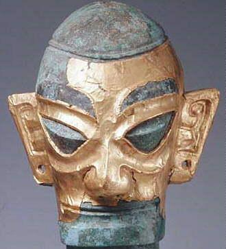 金面人頭像(きんめんじんとうぞう)商時代 前17−11世紀 1986年出土 青銅・金製/高さ48.1センチ、幅22センチ、頭部奥行き17.6センチ、頭部横幅15センチ(三星堆博物館蔵)