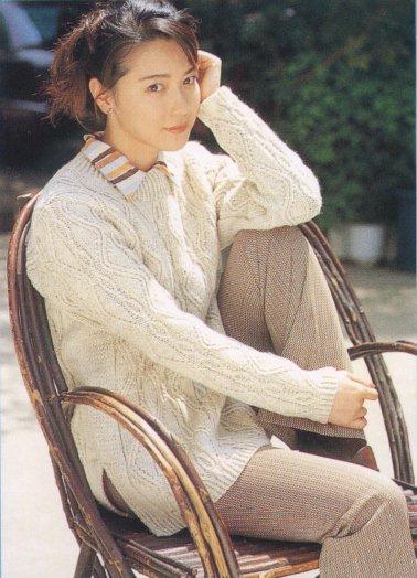椅子でポーズを取る若村麻由美
